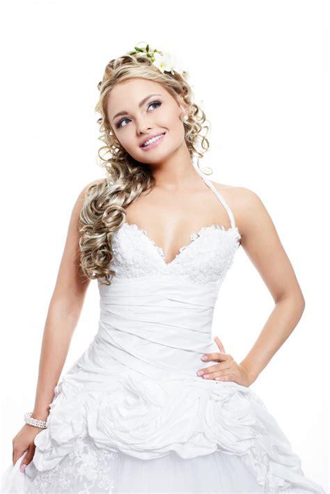 Alle bilder zum schlagwort hochzeitskleid. Glückliche lächelnde schöne braut im weißen hochzeitskleid ...