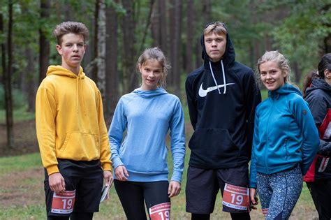 Siguldas Valsts ģimnāzijas skolēni startē Rīgas skolēnu pirmajā rogainingā.