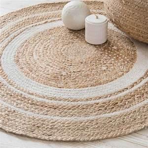 Tapis Rond Osier : un tapis rond en fibres naturelles associer avec un grand tapis rond en fausse fourrure ~ Teatrodelosmanantiales.com Idées de Décoration