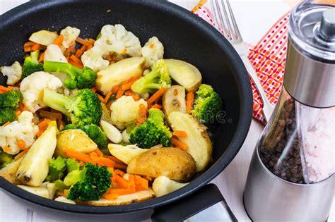 comment cuisiner les carottes le brocoli chou fleur pommes de terre carottes a fait cuire dans une poêle image stock