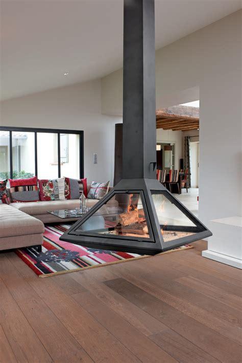 table cuisine moderne design cheminée centrale à foyer fermé ou cheminée traditionnelle archzine fr