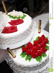 Hohe Pflanzkübel Für Rosen : verzierte hochzeitstorte mit roten rosen lizenzfreie stockbilder bild 29767899 ~ Whattoseeinmadrid.com Haus und Dekorationen