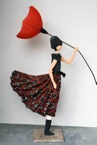 Lampe Frau Mit Schirm : stehlampen frau geht bei wind und regen spazieren der schirm klappt um der rock weht ~ Eleganceandgraceweddings.com Haus und Dekorationen