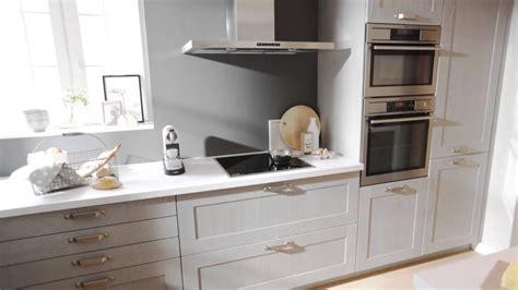Cuisine u00e9quipu00e9e esprit campagne en bois gris clair u0026quot;Tendres Pastelsu0026quot; - Schmidt - YouTube
