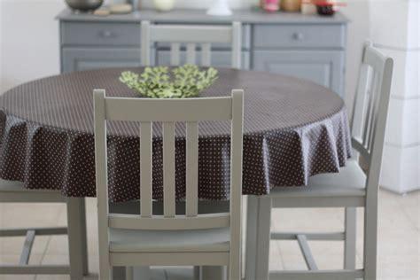 peindre chaise en bois repeintes en gris ces chaises et cette table sont plus