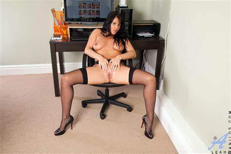 Pasty In Classy Skirt Gorgeous Business Woman Leah Reveal Her Sultry Aunty Рўummy In The Dorm