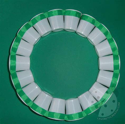 sfere con bicchieri di plastica ghirlanda con bicchieri di plastica per addobbi di natale