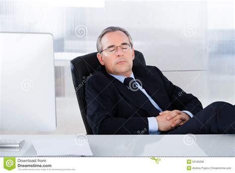 bureau homme d affaire homme d 39 affaires dormant au bureau dans le bureau photo
