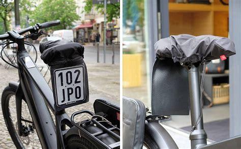 e bike kennzeichen kurz notiert fahrer bringt sattelhaube mit einsteckfach