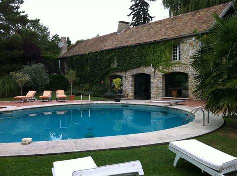 maison de claude franois la maison am 233 ricaine et la piscine autour de laquelle