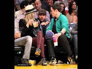Jim Parsons y Kaley Cuoco Lakers Game - YouTube