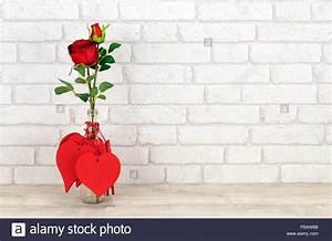 Rose Aus Holz : valentine herzen und rote rosen in glasflasche platziert auf einem sch bigen holz regal mit ~ Eleganceandgraceweddings.com Haus und Dekorationen