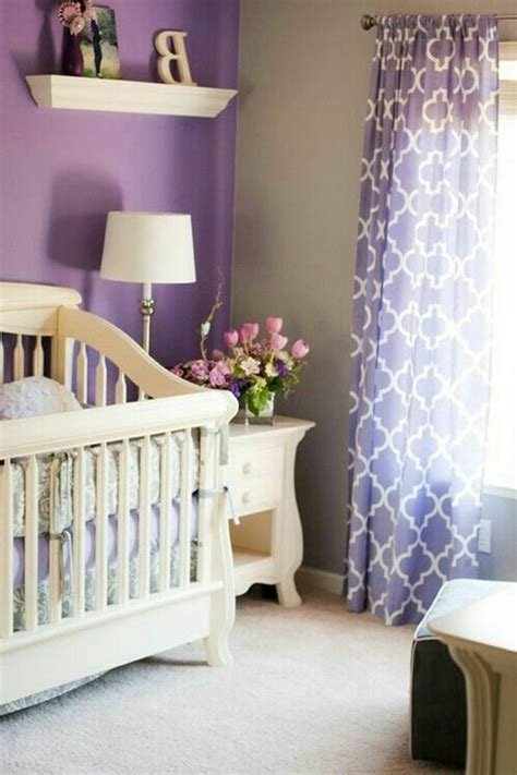 lila gardinenen und lila wandfarbe im babyzimmer