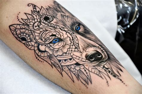 tatouage tete de loup  mehendi ornemental realiste