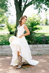 23 stylish country wedding dresses for brides barn for Dress for barn wedding