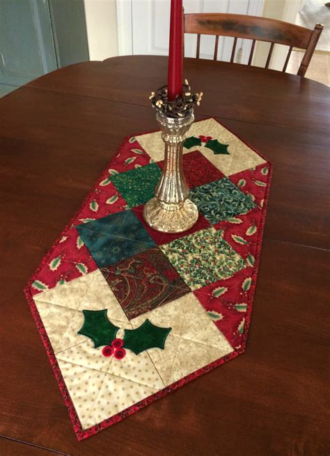quilted holly christmas table runner holiday table  seaquilt