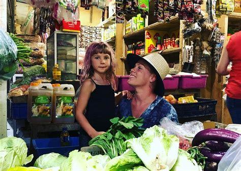 unggah foto blusukan  pasar tradisional pink liburan