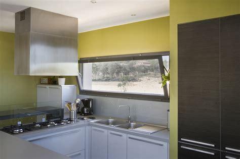 fenetre cuisine fenetre coulissante cuisine maison design bahbe com