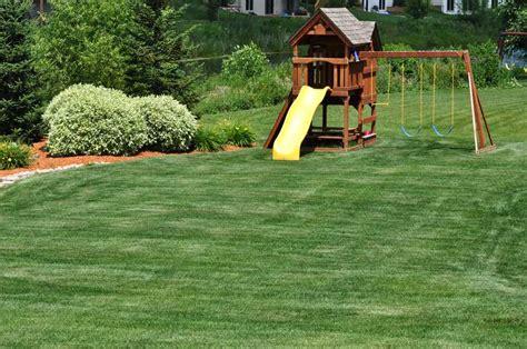 Spielgeraete Fuer Den Heimischen Garten by Rasen Im Garten Mit Kindern Garten