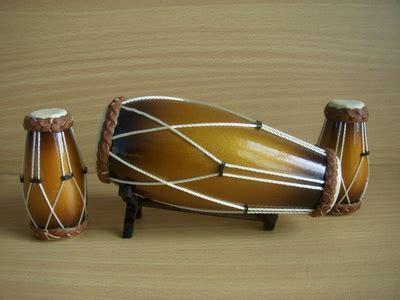 Contohnya, marakas, tamborin dan angklung. Musik: Instrumen / Alat Musik berdasarkan cara memainkan dan sumber bunyinya
