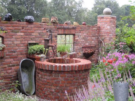 Deko Mauer Im Garten by Mauer Aus Alten Ziegelsteinen Hausgarten Deko Mauer Im