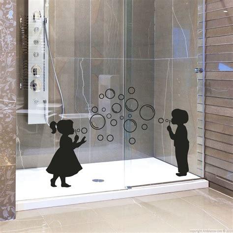 stickers muraux pour salle de bain sticker mural fille et gar 231 on avec des bulles ambiance