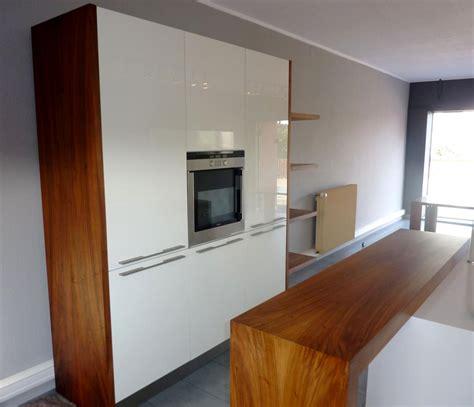 de cuisine professionnel cuisine bois et blanc brillant plan de travail corian