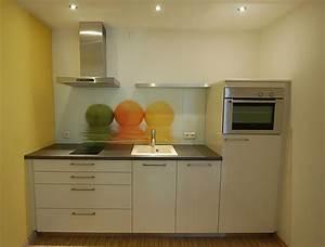 Kleine kuchenzeile mit bedruckter glasruckwand kuche von for Kleine küchenzeile