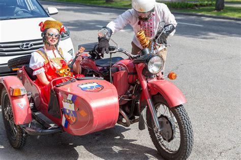 motorrad mit beiwagen russisches p 228 rchen in tracht gekleidet f 228 hrt in einem