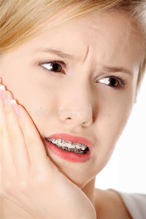 junge frau hat zahnschmerzen stockfoto bild von