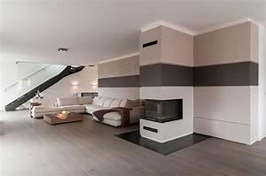 Offene Wohnzimmer Mit Stylischer Treppe Im Raum Galerie