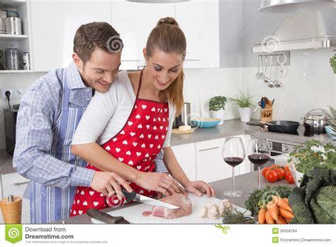 les couples dans l 39 amour faisant cuire ensemble dans la