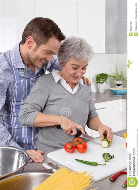 femme plus cuisine homme et femme plus âgée faisant cuire ensemble dans