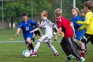 But Foot Enfant : football sport des enfants j s au centre il y a l 39 enfant ~ Teatrodelosmanantiales.com Idées de Décoration