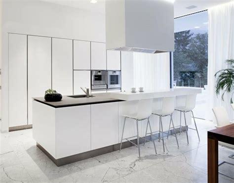 cuisine plus la valette la plus cuisine blanche avec sol en marbre blanc et