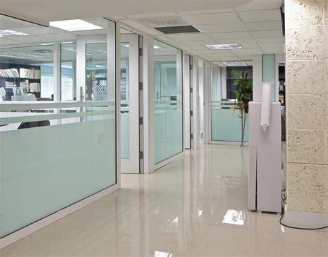 contoh model partisi ruangan kantor elegan desain kantor