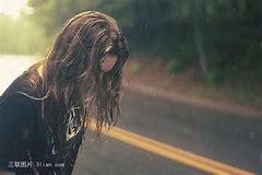 Resultado de imagen de mujer caminando triste