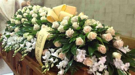 Cuscino Per Funerale - vasto allestimento di fiori corone e cuscini per funerali