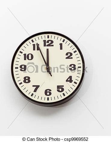 horloge sur le bureau photo de brun bureau horloge mur midi blanc brun