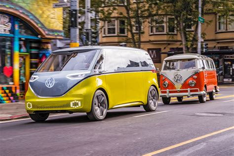 VW ID Buzz vs VW Microbus old vs new twin test review ...