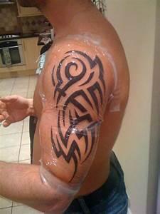 Tatouage Homme Bras Tribal : tatouage homme paule bras tribal mod les et exemples ~ Melissatoandfro.com Idées de Décoration