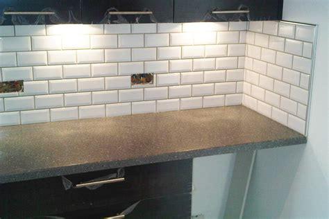 comment poser une cr馘ence de cuisine pose carrelage cuisine maison design sphena com