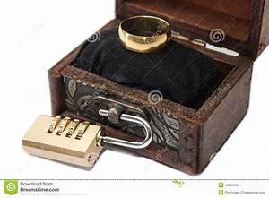 Boite Avec Cadenas : anneau mariage bois id es et d 39 inspiration sur le mariage ~ Teatrodelosmanantiales.com Idées de Décoration