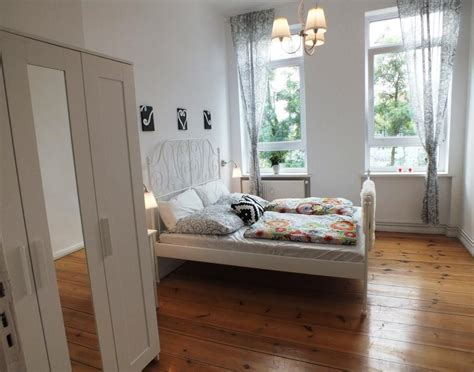 schlafzimmer ideen bett mitten im raum sehr gro 223 es helles schlafzimmer ein wundersch 246 nes bett