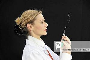 Haarfarbe Kind Berechnen : assistenz rztin junge rztin bereitet eine spritze vor lizenzpflichtiges bild bildagentur ~ Themetempest.com Abrechnung