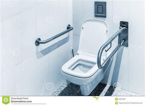 siege toilette pour handicapé toilette avec des balustrades pour l 39 handicapé photo stock