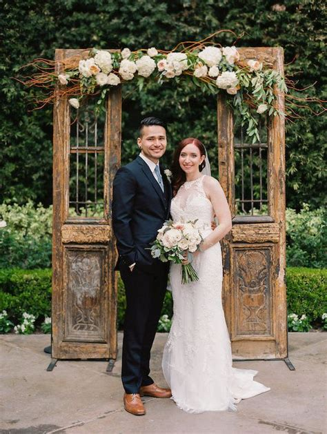 Top 20 Vintage Old Door Wedding Backdrops Roses And Rings