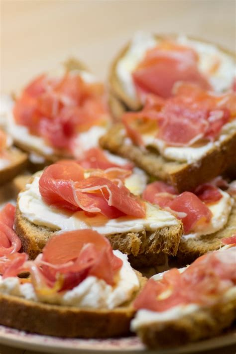 toast canapes toast ricotta miel et jambon cru histoires de fruit