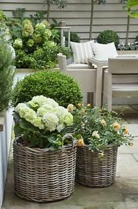 Alles Für Den Balkon : sch ne deko ideen blumen pflanzk bel aus rattan drau en ist das neue innen pinterest ~ Bigdaddyawards.com Haus und Dekorationen