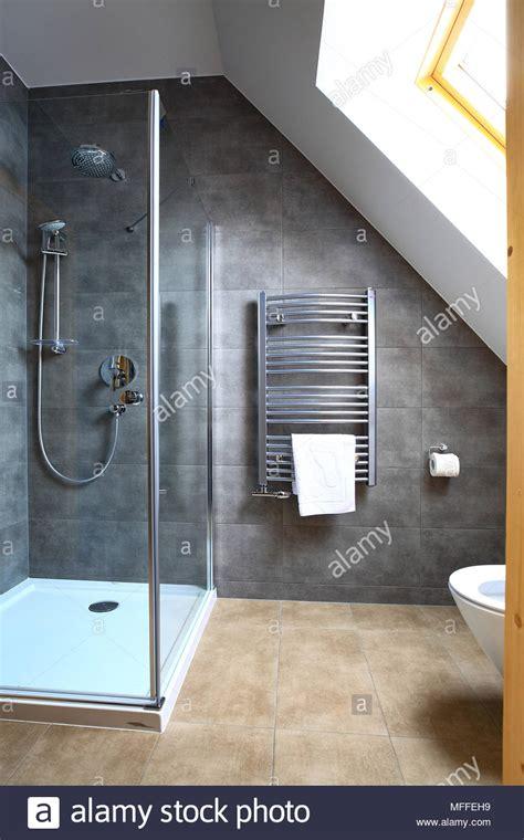 Kleines Badezimmer Dachgeschoss by Neue Sauberes Kleines Badezimmer Mit Duschkabine Bad Im